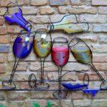 Painel 3D com garrafas e taças de vinho para decoração de bar