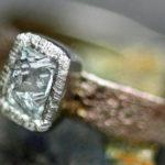 Anéis rústicos com diamantes geométricos em estado bruto