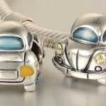 Réplicas em miniatura de fuscas como berloques para cordões