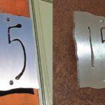 Número de endereço caligráfico em placa de aço inox escovado