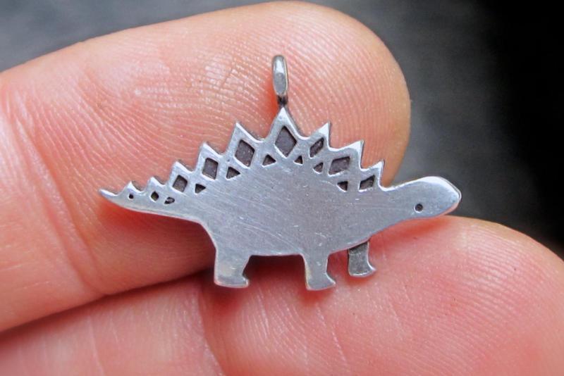 Dinossauro fundido em pilter