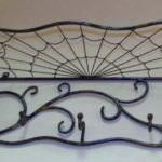 Teias de aranha em mobiliário de ferro forjado no estilo gótico