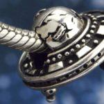Berloque com o formato de OVNI para os amantes da ufologia