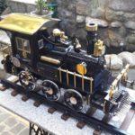 Miniatura de trem com partes de máquinas de costura antigas