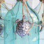 Miniaturas de animais marinhos em pewter decoram garrafas