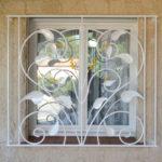 Grades de segurança para janelas imitando plantas com flores