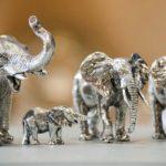 Manada de elefantes africanos em miniatura fundidos em pewter