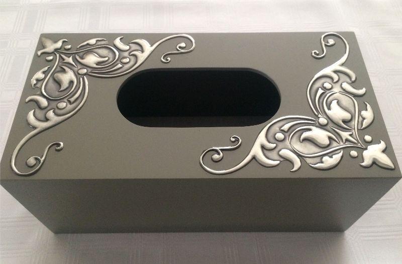 Caixa com arabescos metálicos