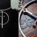 Gargantilha com pingente de espada dentro do círculo mágico