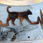 Gráfico dos batimentos cardíacos com gato em painel de metal