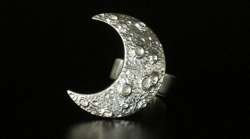 Anel com crateras da Lua em alto-relevo