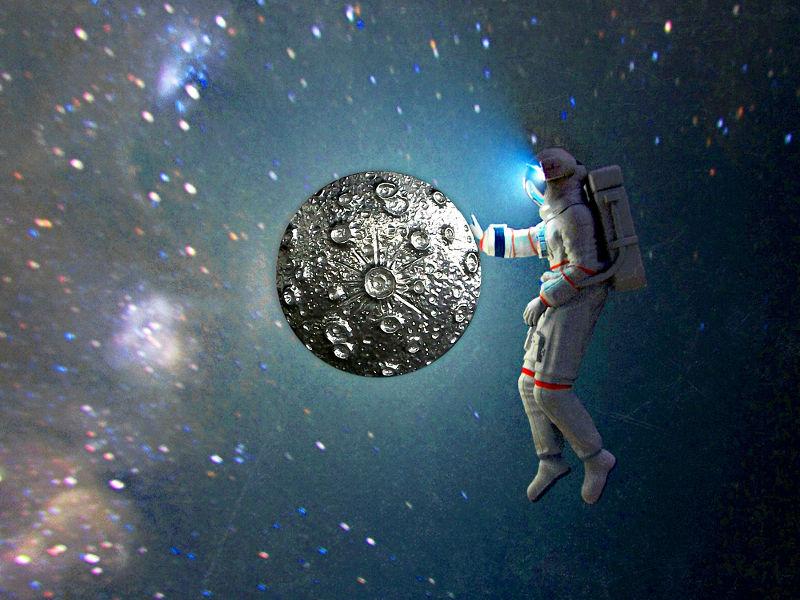 Astronauta toca Lua Cheia de pewter