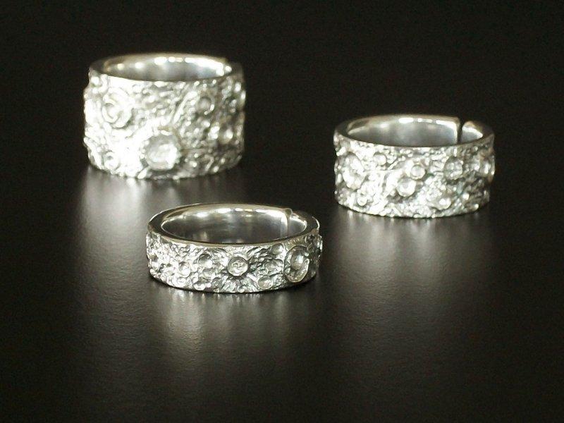 Três anéis com crateras da Lua em 3D