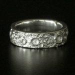 Aliança unissex em tom prata com imitação da superfície da Lua
