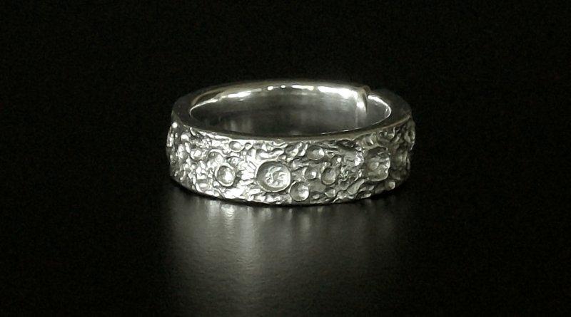 Superfície da Lua gravada em anel de pewter