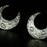 Par de brincos meia-lua de pressão com crateras tridimensionais