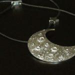 Pingente Meia-Lua grande com berloques de estrelas para cordão