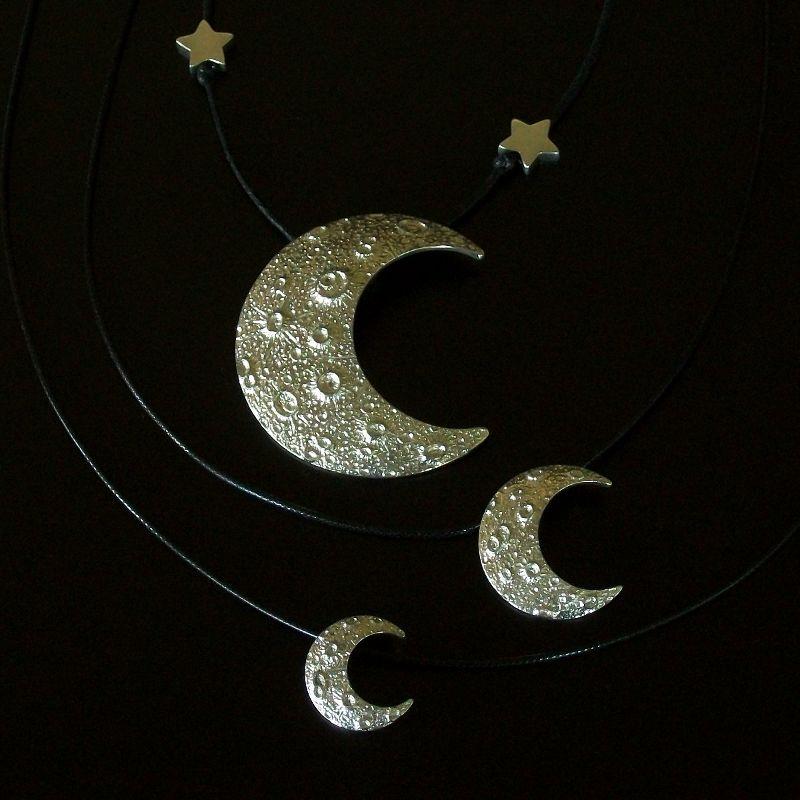 Meia-Lua com crateras em alto-relevo