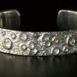 Pulseira bracelete reproduz as crateras da Lua em alto-relevo