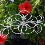 Hibisco em escultura 3D modelada com fio contínuo de alumínio