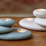Castiçal para três velas feito com pedras roladas empilhadas