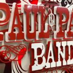 Painel 3D de metal com a logo-símbolo de banda country rock