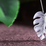 Folhas de costela-de-adão como pingentes e brincos de prata