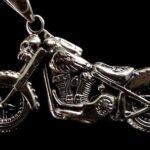 Pingente de moto e caveira para usar em cordão e como chaveiro