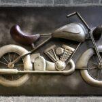 Motocicleta antiga em painel de metal para ambientes industriais