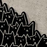 Silhuetas de gatos pretos de metal em moderno painel de parede