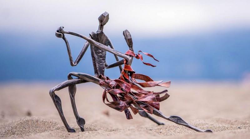 Escultura de casal bailando