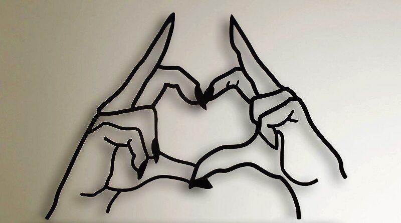 Mãozinhas formando coração de metal