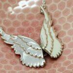 Asas de anjo articuladas de pewter como pingente para cordão