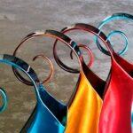 Jarras e vasos de aço inox com efeitos coloridos de holografia