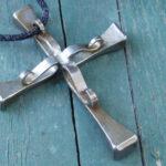 Crucifixo feito com cravos de metal: símbolo cristão para a cura