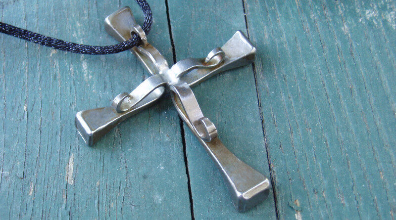 Cruz feita de pregos