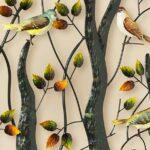 Painel de celebração à vida com passarinhos em árvores de metal
