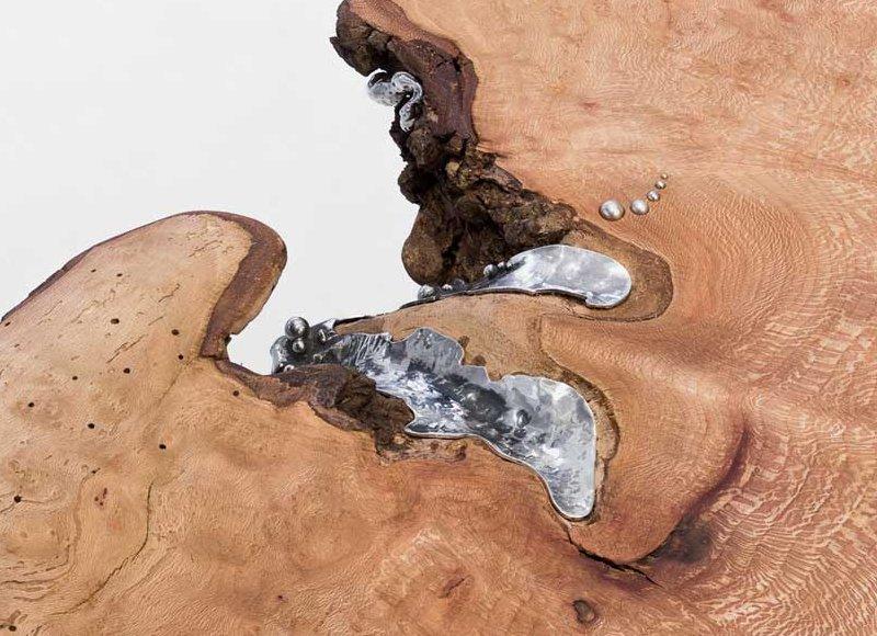 Metal derretido em fendas da madeira