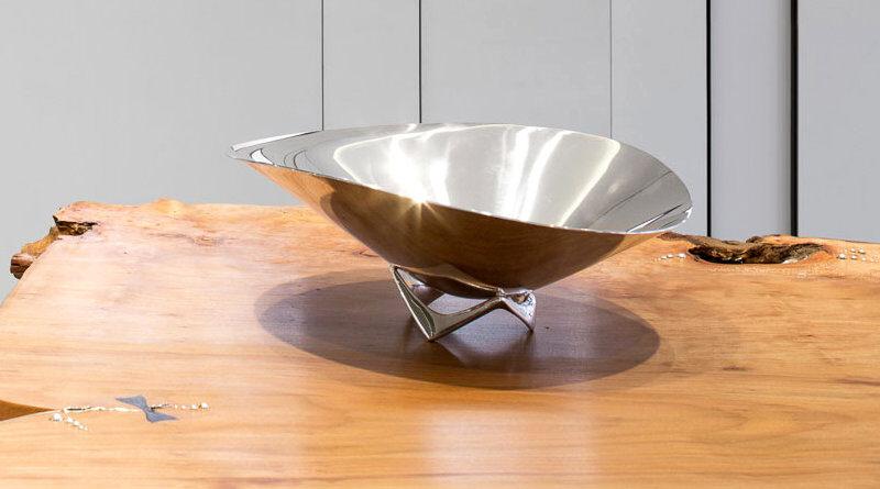 Tigela de prata sobre mesa de madeira