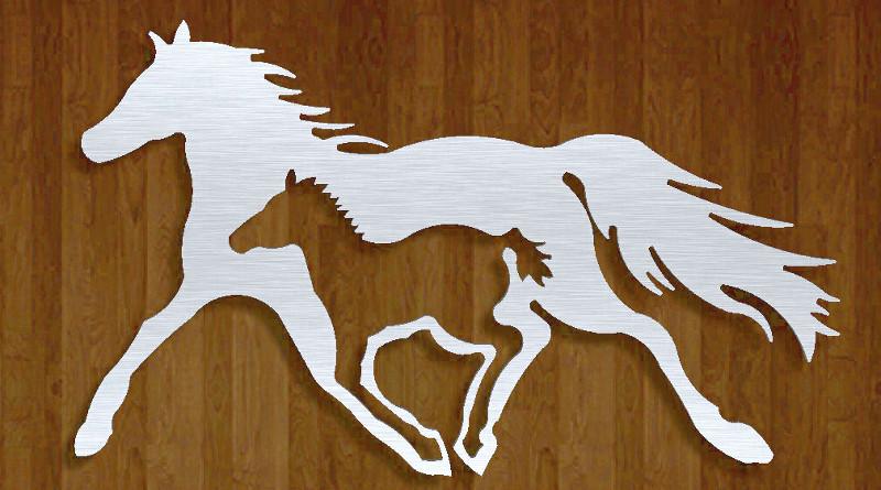 Painel com cavalos de metal