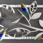 Escultura de parede com folhas em chapa de alumínio escovado