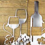 Decoração de bar: painel com garrafa e taças de vinho de metal