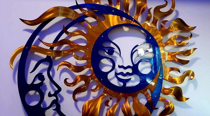 Sol e Lua com rostos de metal