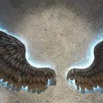 Asas de Anjo da Guarda em painel de metal com iluminação LED