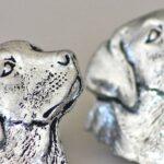 Réplica da cara de cachorro Labrador em metal prateado