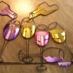 Painel com taças e garrafas de vinho em aço e alumínio escovado