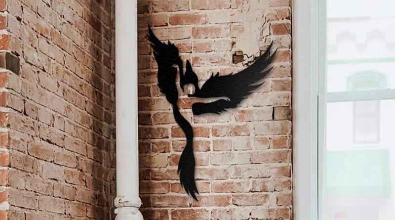 Mulher alada em enfeite de parede
