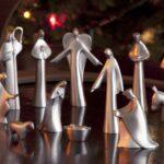 Presépio de Natal moderno com personagens de metal prateado