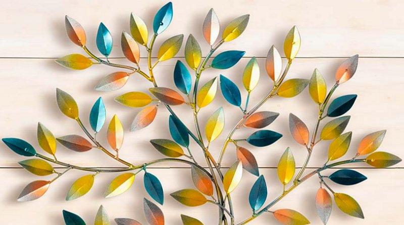Painel de árvore com folhas coloridas