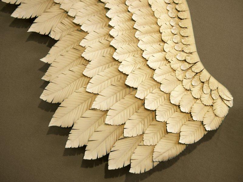Asas de anjo com penas de metal